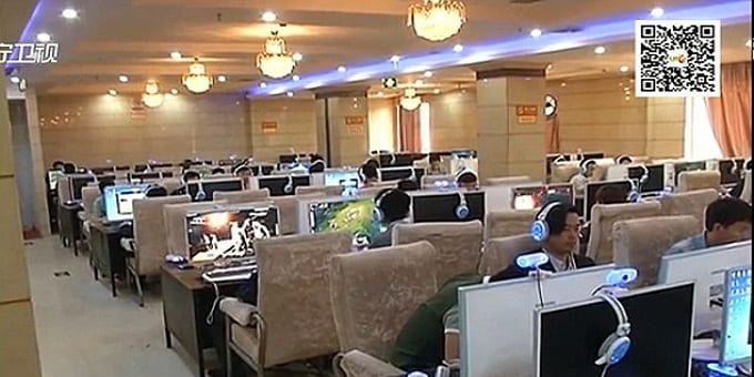 An gaming addict Chinese woman gives birth in the Cyber Cafe and continues to play online games!