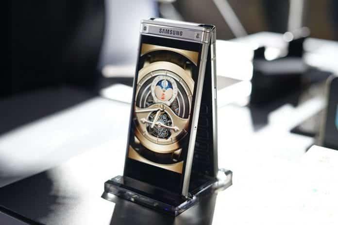 Samsung's premium W2018 flip phone packs a dual-aperture camera