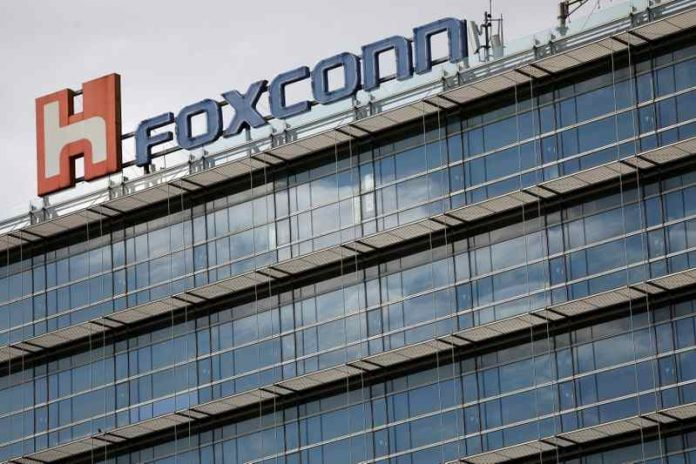 Foxconn cuts 50,000 contracts