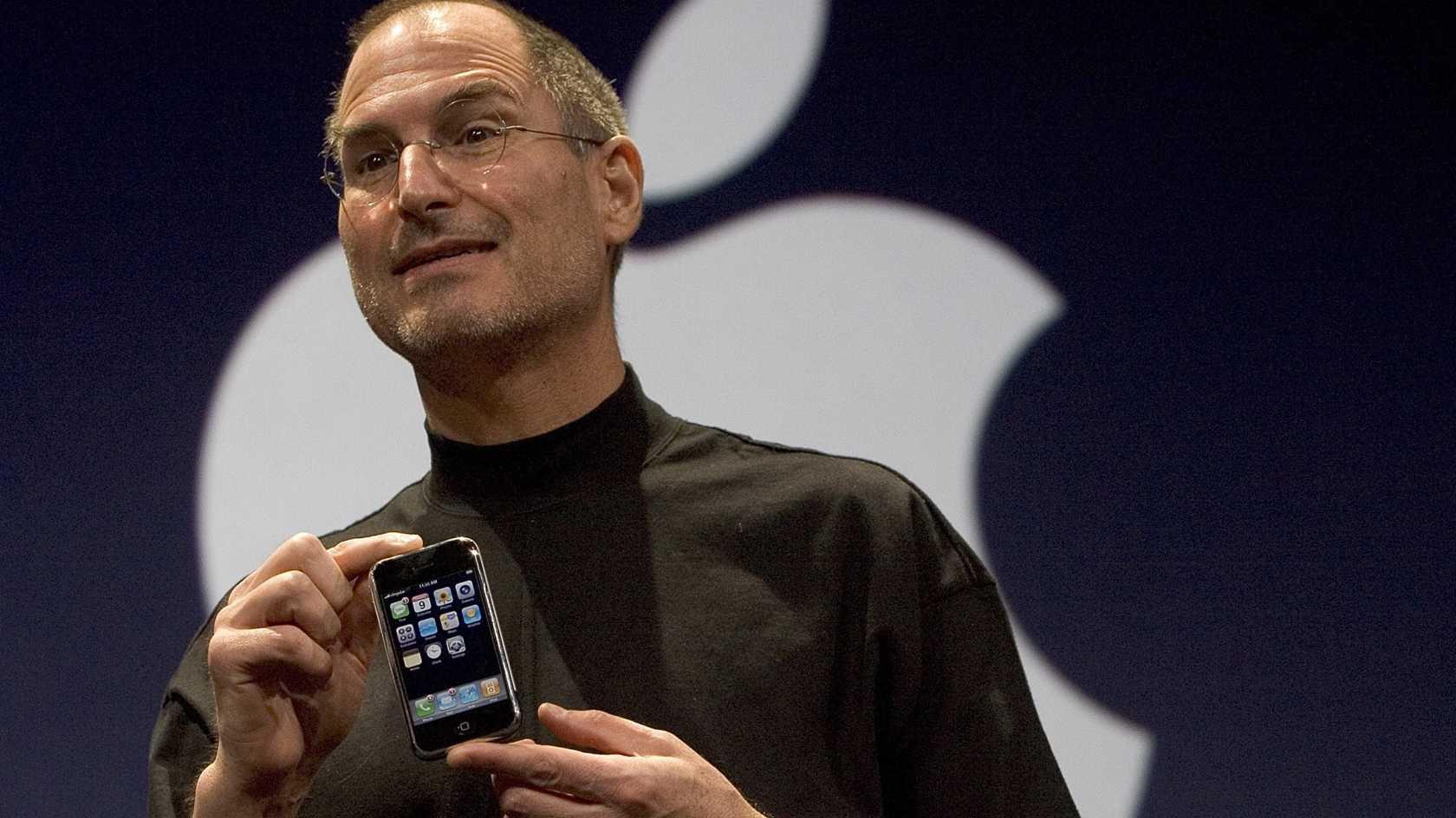 steve-jobs-introduces-iphone